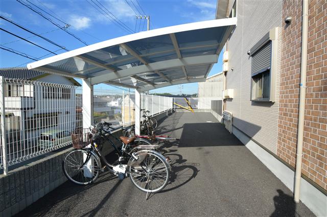 屋根付きの自転車置き場♪広いので自転車も止めやすいです♪