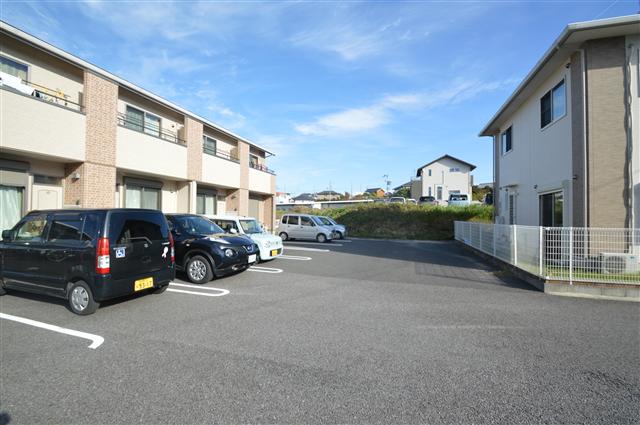 広く止めやすい駐車場!戸数以上分完備されており、入居促進に繋がります♪