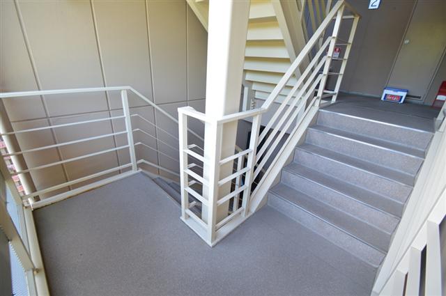 光も差し込む明るい共用部階段!幅広な階段で昇降しやすいです♪
