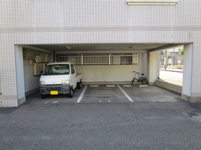 敷地内に屋根付きの駐車場も有り!