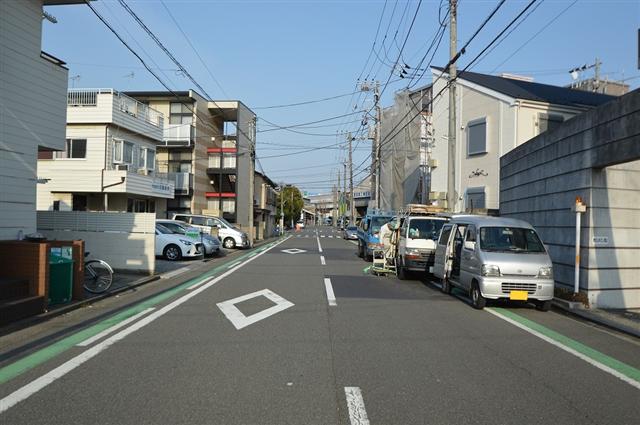 前面道路は幅員約9.48m。