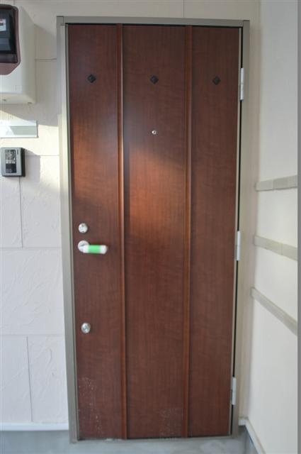 木目調のお洒落な玄関扉♪