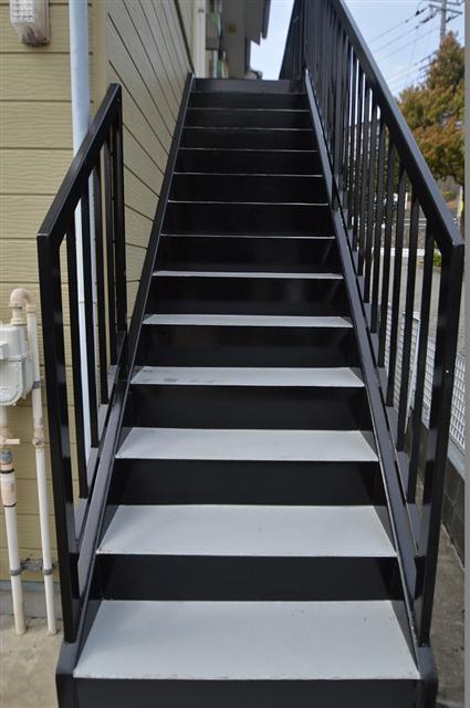 塗装された綺麗な共用階段!