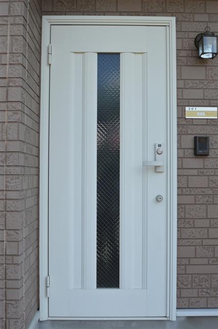 白基調のシンプルな玄関ドア☆