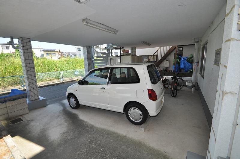 1台分の屋根付き駐車スペース有り!