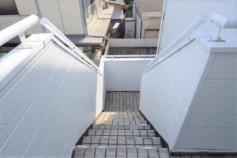 手すりの付いた昇降しやすい階段☆