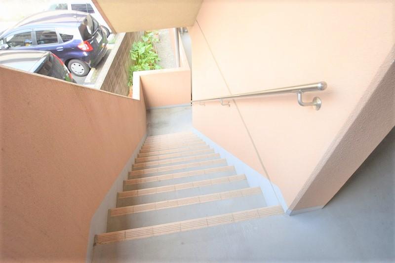 昇降も安心の手すり付き階段!
