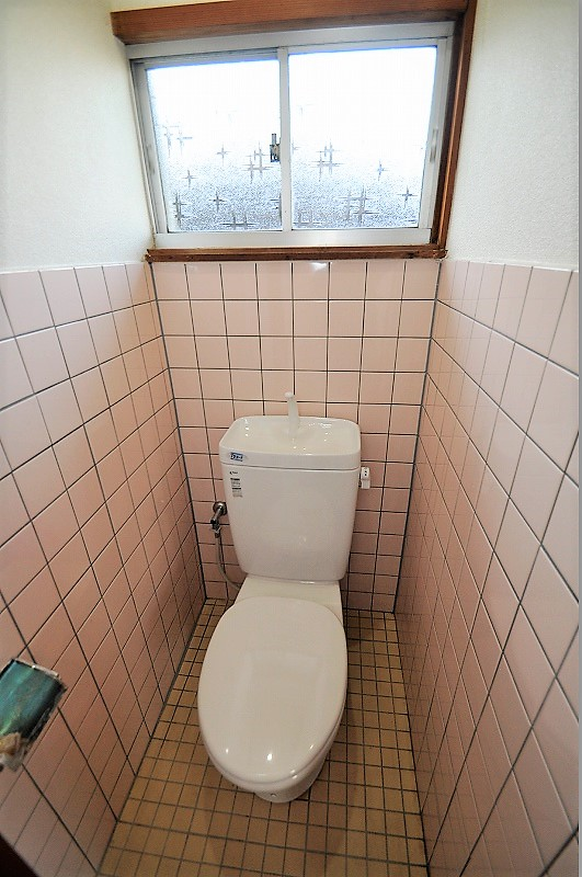 タイル張りの明るいトイレ♪