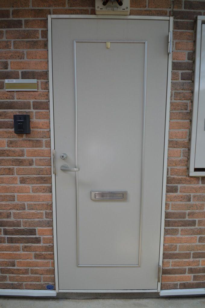 シンプルなデザインの玄関扉!