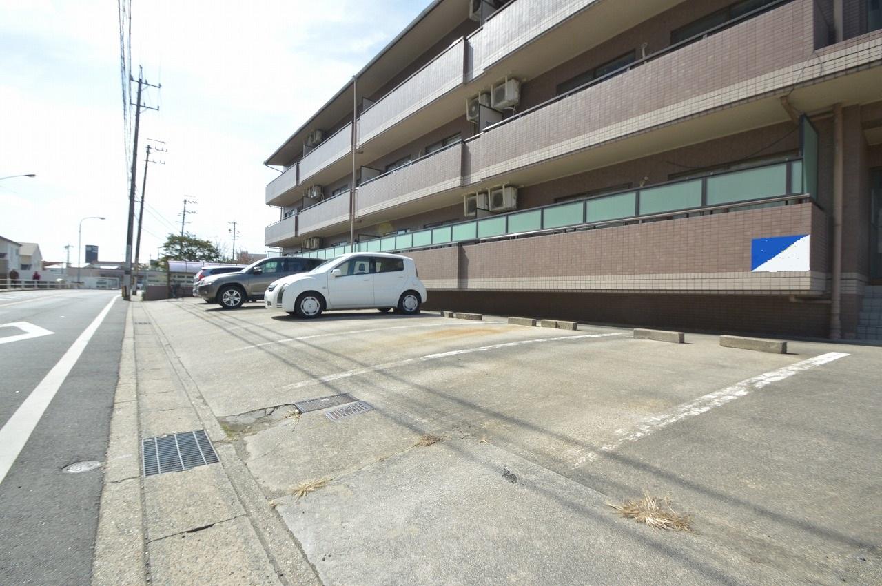 1台毎のスペースにゆとりが有り停めやすい駐車場!