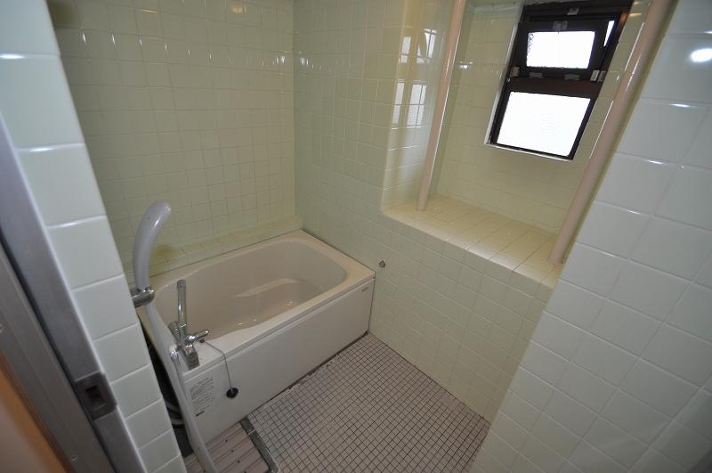 窓付きで換気のできるバスルーム♪