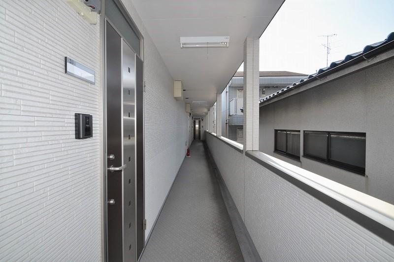 雨の日も安心な屋根付き共用廊下!