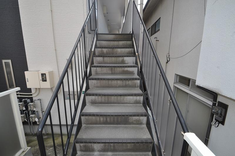 手すり付き階段で上り下り楽々♪
