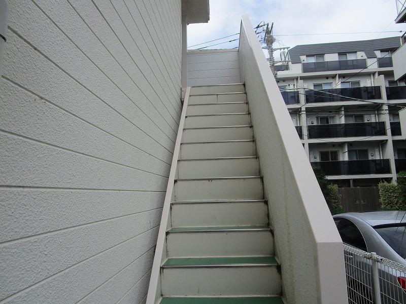 エメラルドグリーンが映える共用階段♪