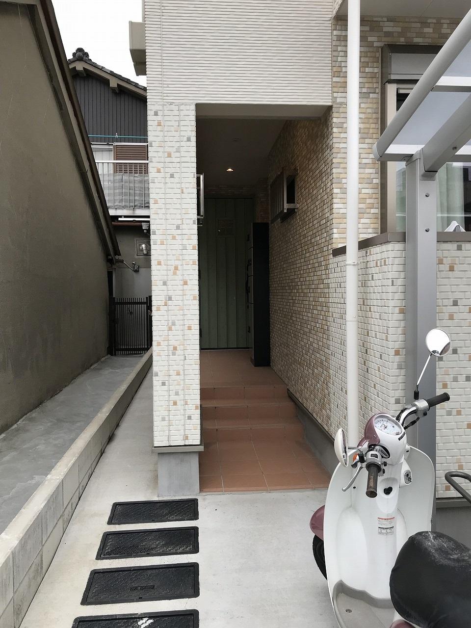 タイル調の外壁材やテラコッタタイルがお洒落なアプローチ☆