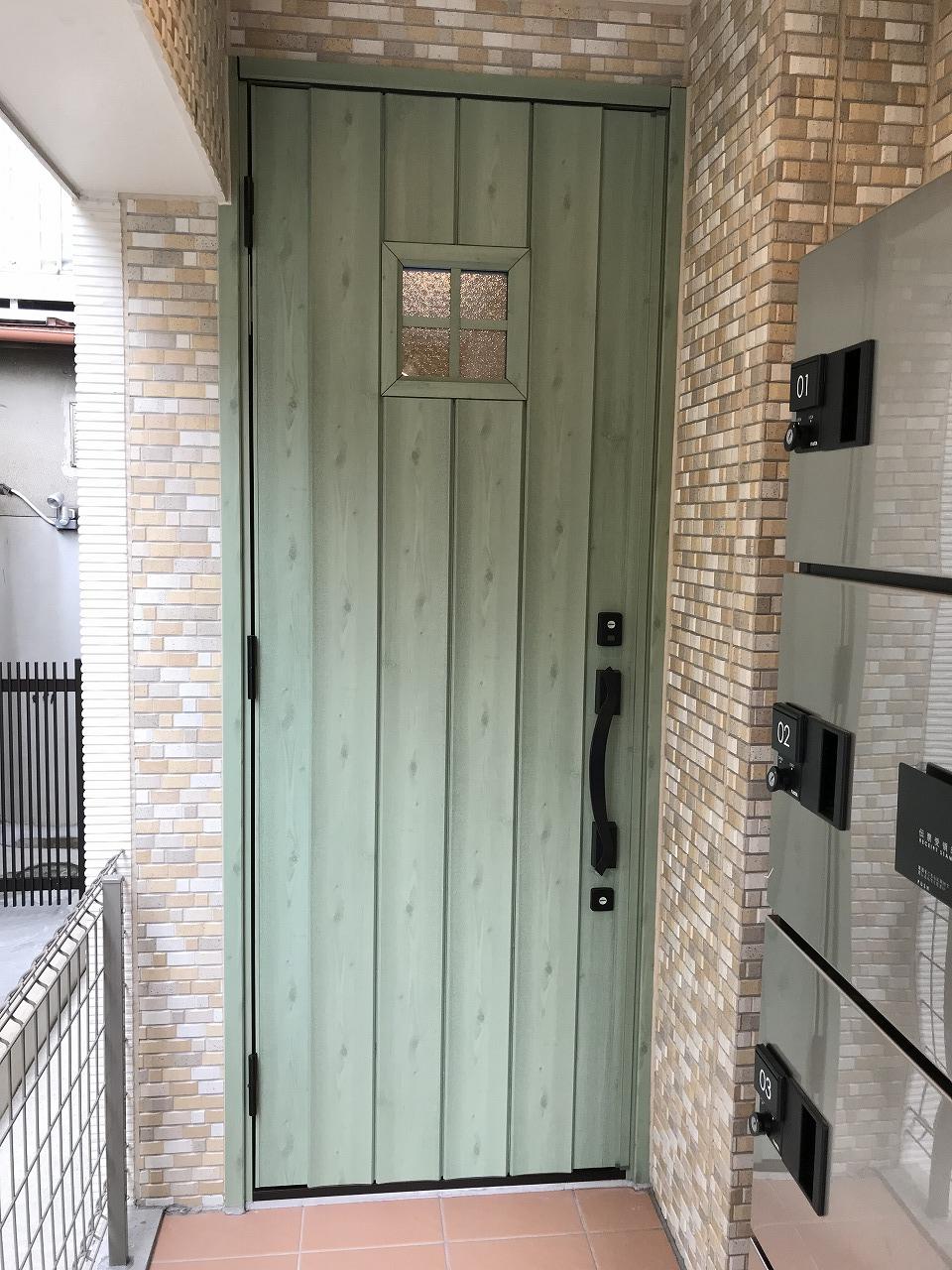 爽やかなグリーン色が目を惹くレトロな玄関♪