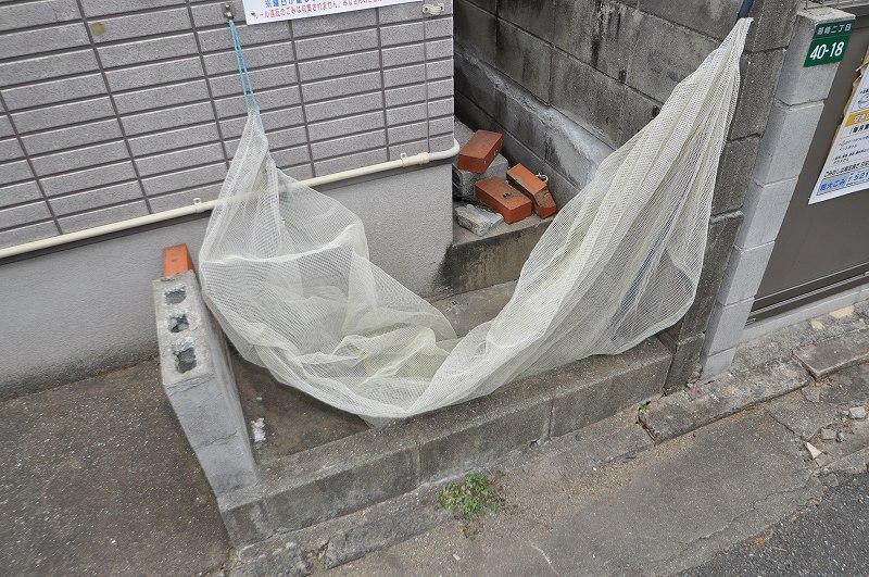 ゴミの飛散を防ぐネット付きゴミ置き場!