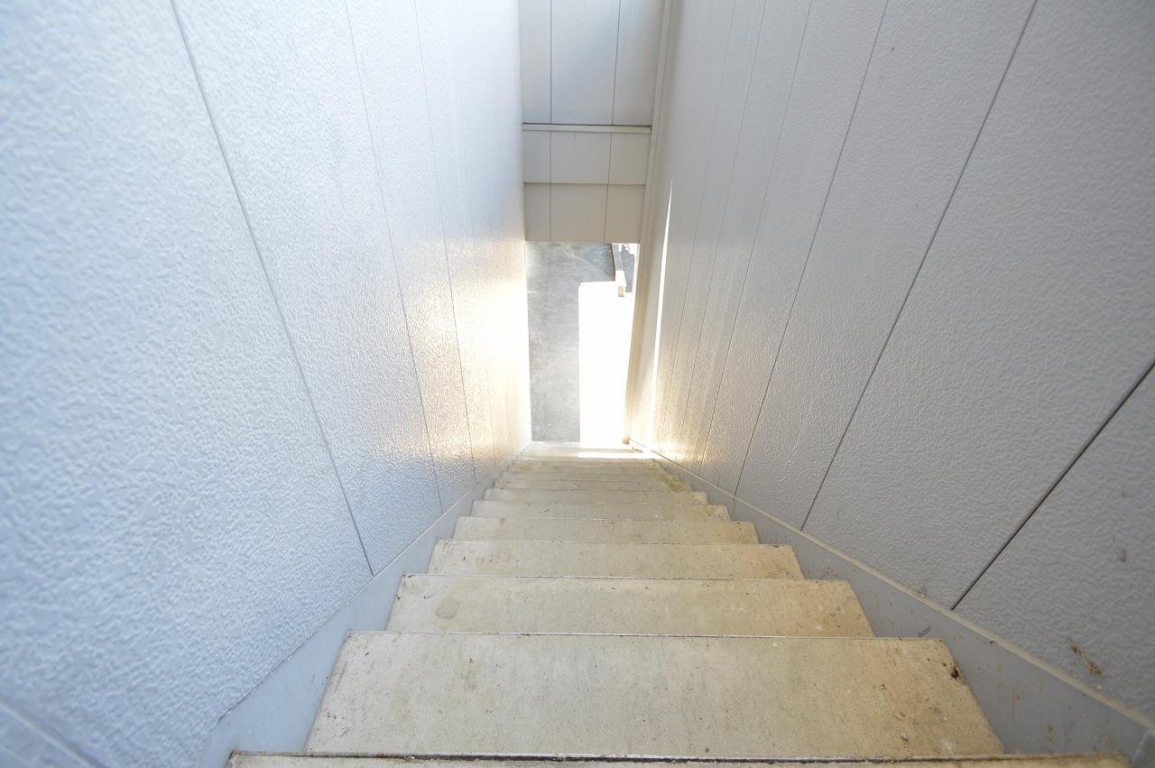 明るい印象・屋根付きの共用階段☆