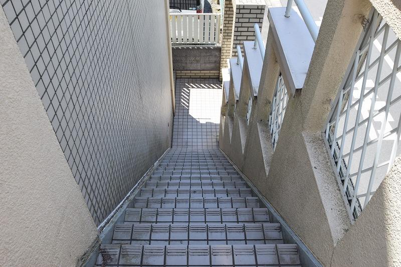 耐水性に優れたタイル張りの共用階段!