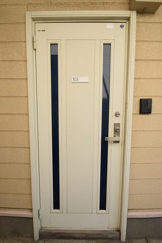 シンプルなデザインの玄関ドア♪