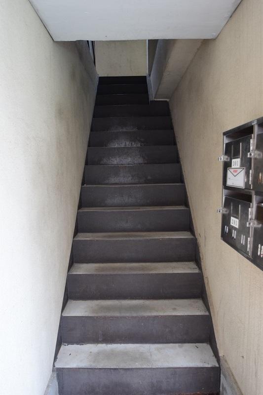 中階段で雨の日も安心!