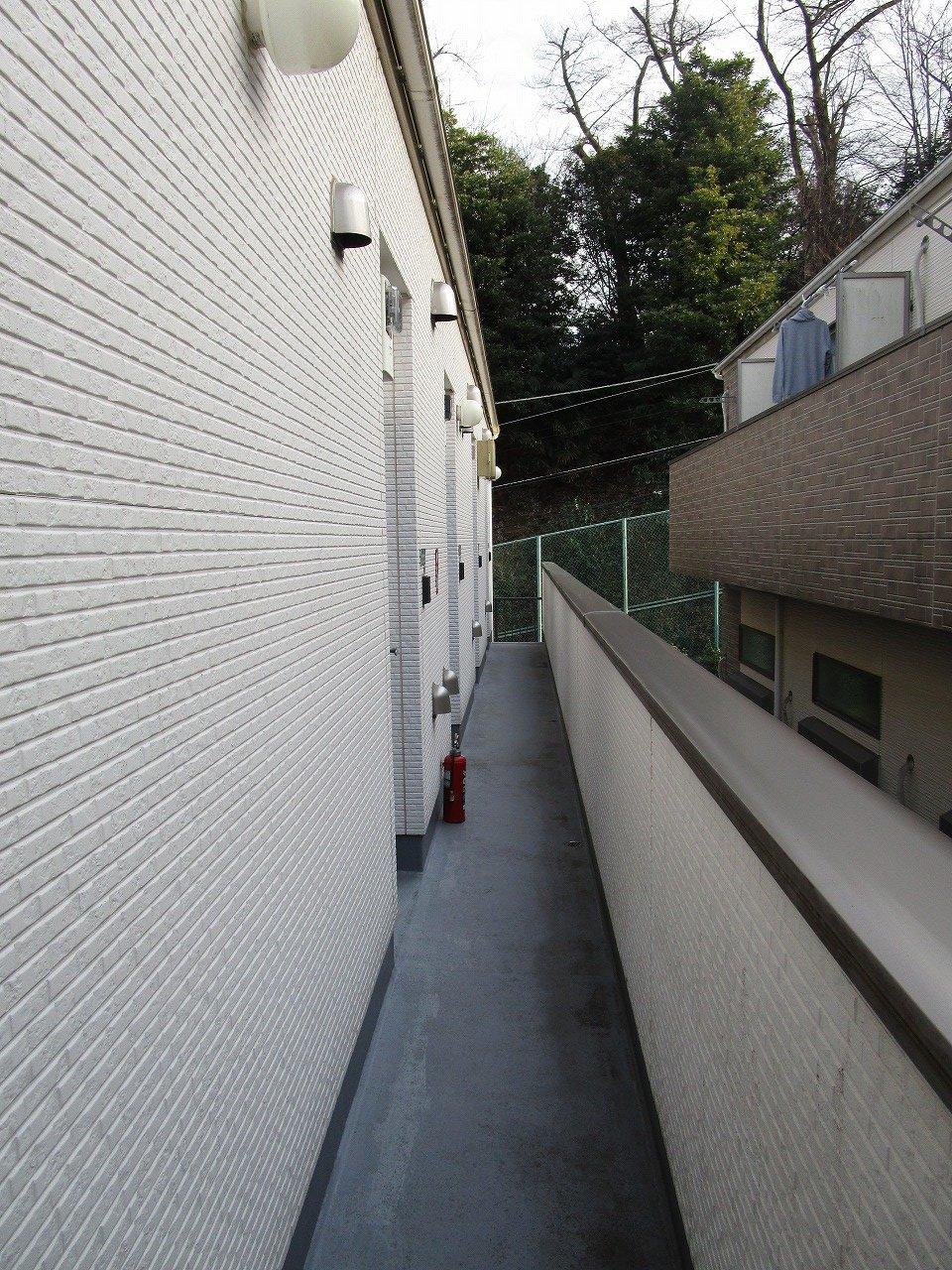 白を基調とした爽やかな色合いの共用廊下♪