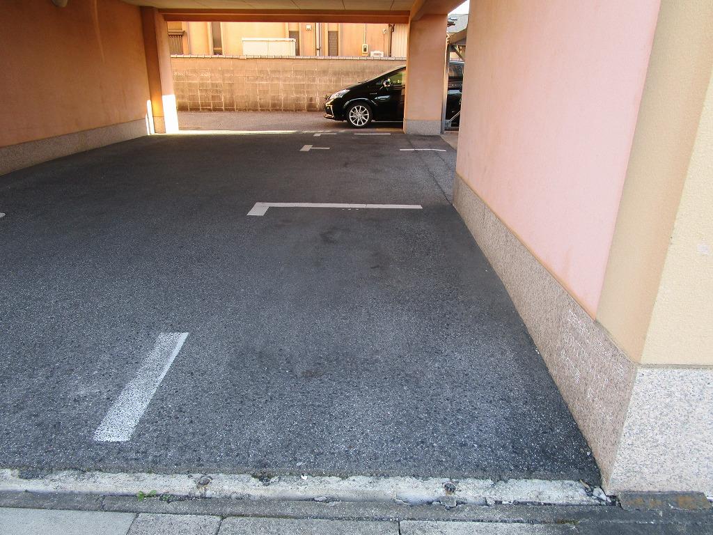 ピロティ式の駐車場で大切なお車も安心です☆