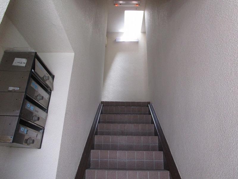 日差しが差し込む明るい階段♪