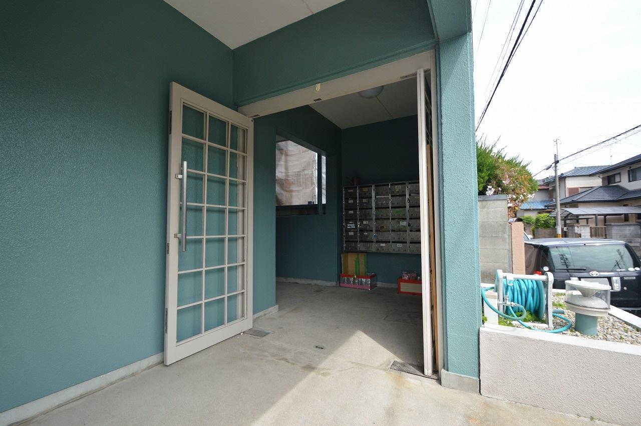 白いドア枠のシンプルなエントランス☆
