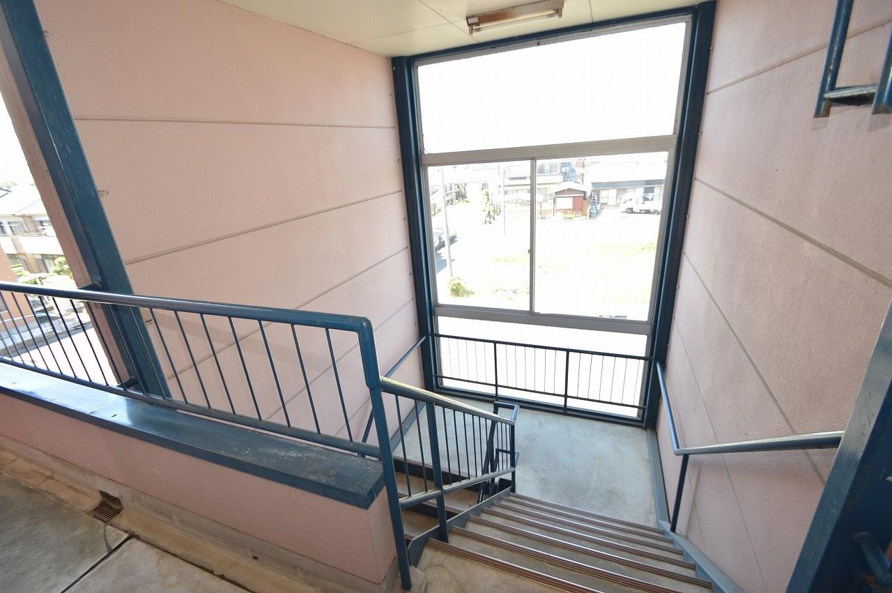 開放的な窓が特徴的な共用階段!