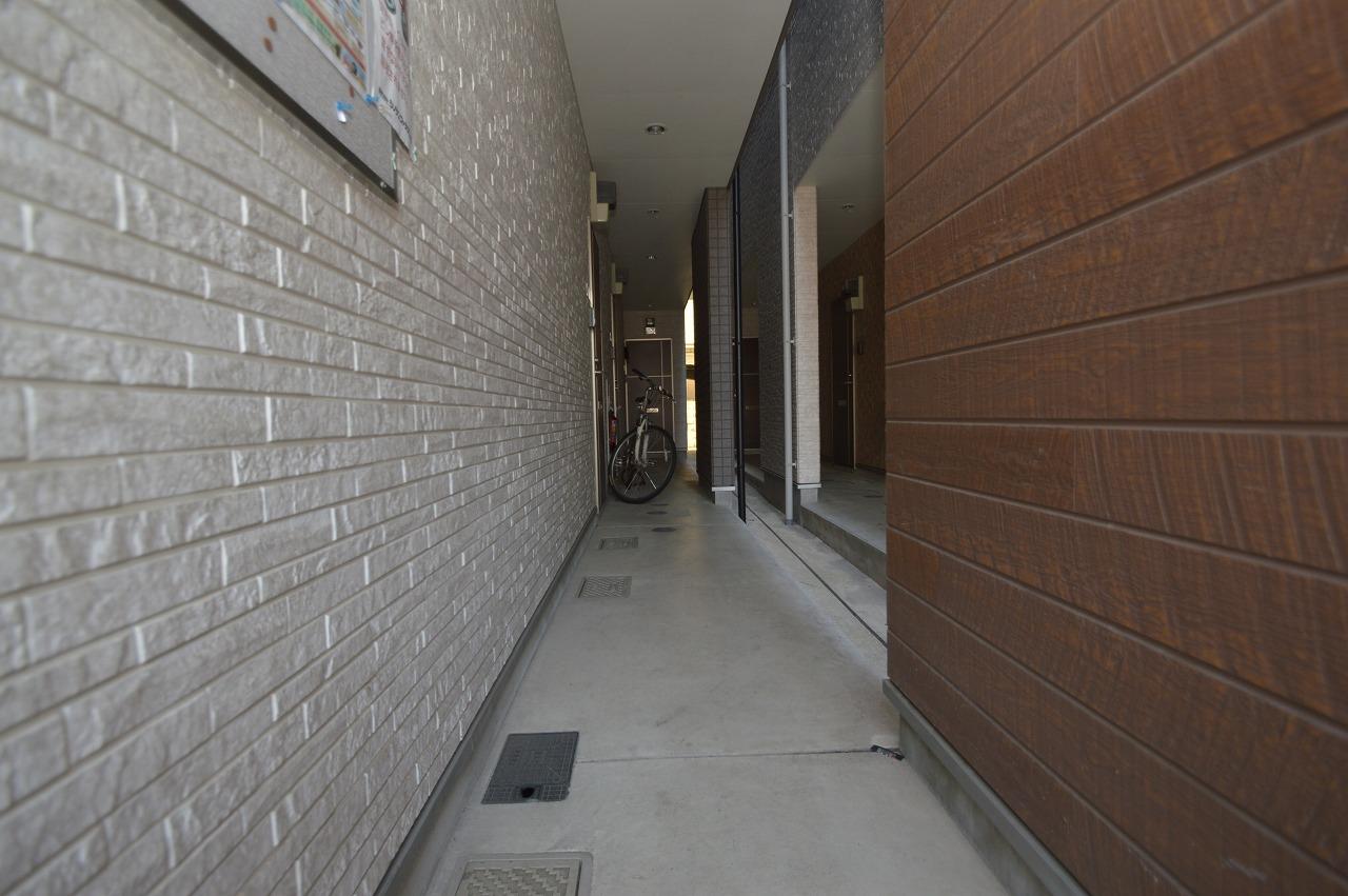 ゆとりの幅の共用廊下!床・外壁状態良好♪