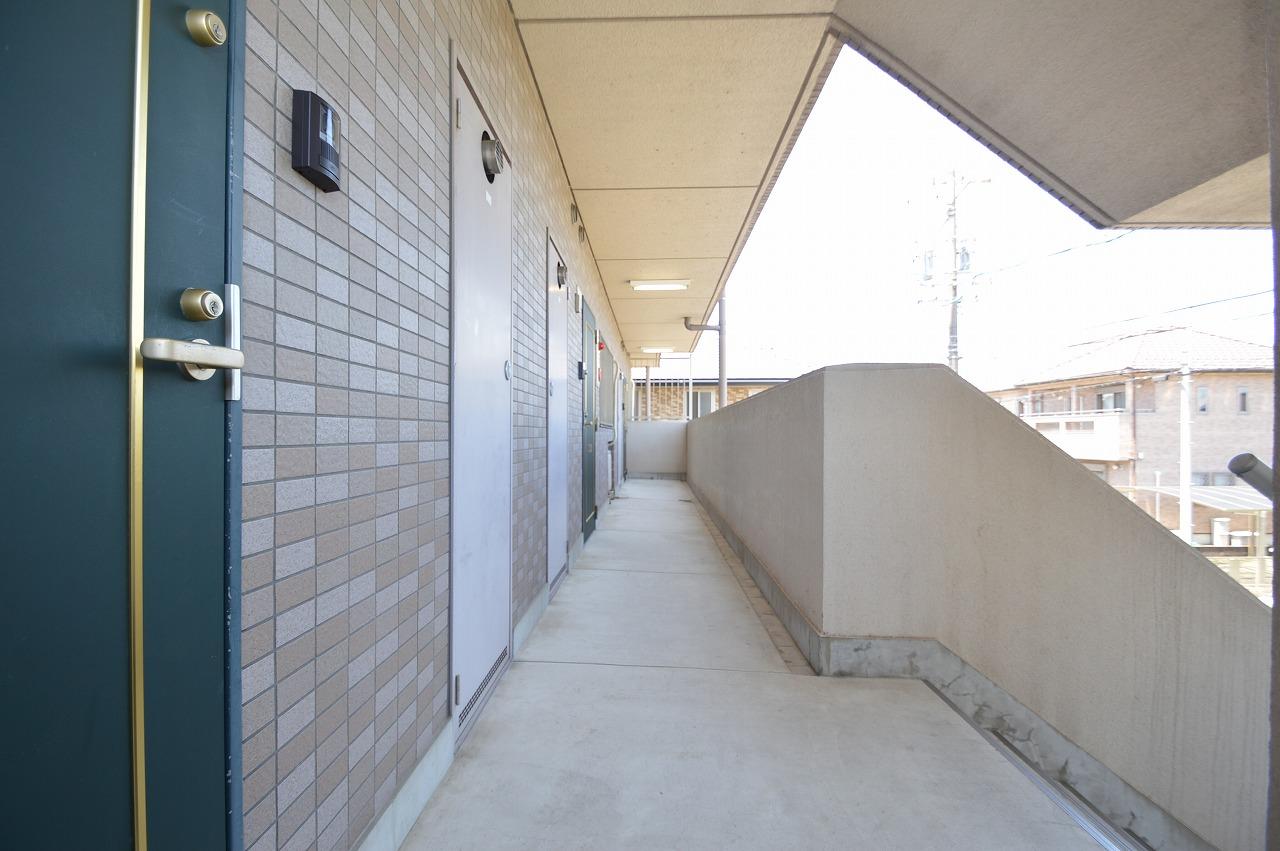 緑色の玄関扉が映える明るい共用廊下☆