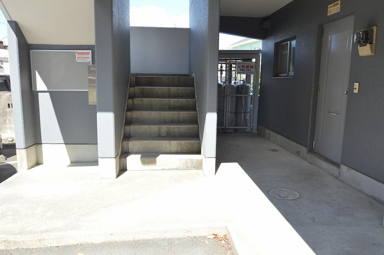 通行のしやすい幅広屋根付きの共用階段☆